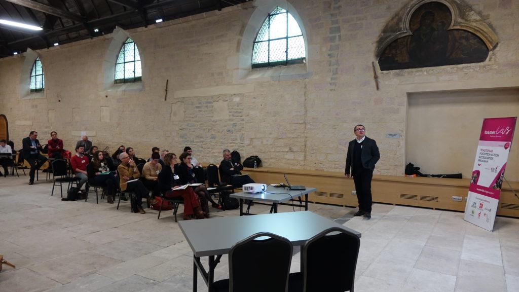 Alain Etiévant pitch pour présenter Atelier du Fruit aux mentors et participants du programme ToasterLab